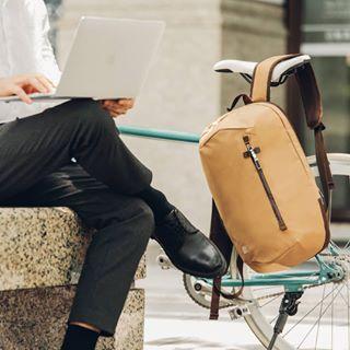 C4U vous souhaite un très bon week-end... Toujours connecté avec les sacs @moshi ! • #bag #shoulder #product #sitting #fashionaccessory #handbag #furniture #chair #accessoire #sac #sacados #sacordinateur