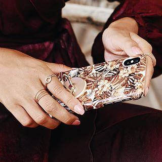 ✨ Pour les Fêtes, accessoirisez votre tenue jusqu'au bout des doigts ✨ 📸 @idealofsweden • #fete #noel #cadeau #tenue #ensemble #outfit #coqueiphone #smartphone #accessoire #cadeaugeek #style #fashion