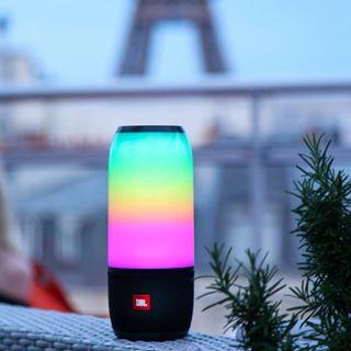 Son et lumière pour bien démarrer 2019 avec la Pulse 3 de @jblaudio_fr 💜💛💙 ➡️ À découvrir en vidéo sur notre page Facebook ! • #caseforyou #jbl #audio #audiogear #son #playlist #party #paris #light #sky #reflection #lighting #daytime #lightfixture