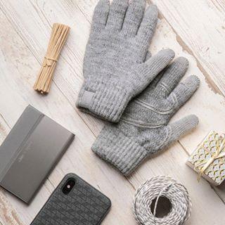 Les gants Digits de @moshi vous gardent bien au chaud et toujours connectés grâce aux fibres conductrices présentes sur le bout des dix doigts. ➡️ À découvrir en détail sur notre page Facebook et sur C4U.com ! • #glove #wool #safetyglove #woolen #hand #finger #knitting #tactile #gants #gantstactiles #froid #hiver #style #douceur #chaleur #tricot #laine