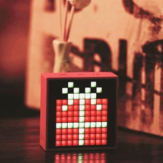 Surprenez votre Valentin(e) avec vos musique préférées et un message en Pixel Art affiché sur votre TimeBox de @divoom_europe ❤️ ➡️ À découvrir sur C4U.com • #saintvalentin #love #amour #cadeau #ideecadeau #cadeaugeek #enceinteportable #pixelart #pixel #digital #digitalart #musique