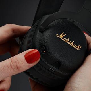 Montez le son, c'est le week-end !⠀⠀⠀⠀⠀⠀⠀⠀⠀ 📸 @marshallheadphones⠀⠀⠀⠀⠀⠀⠀⠀⠀ •⠀⠀⠀⠀⠀⠀⠀⠀⠀ #party #weekend #son #audio #casqueaudio #ecouteurs #speakers #marshall #casque #fashiontech
