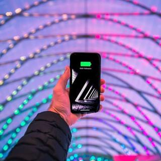 On fait le plein d'énergie avec les coques batteries de @mophie ⚡⠀⠀⠀⠀⠀⠀⠀⠀⠀ •⠀⠀⠀⠀⠀⠀⠀⠀⠀ #chargeur #iphone #hightech #batterie #apple #telephone #galaxy #powertube #cable #high #sacamain #modern #coque #design #sansfils #exclusivite #battery #smartphone #externe